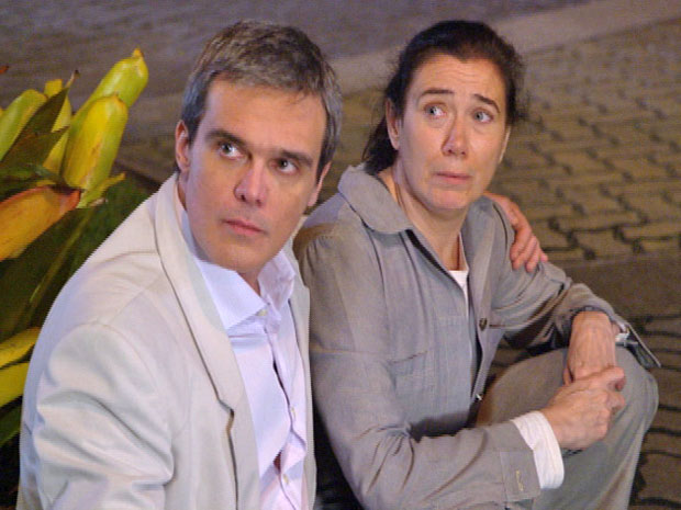 Griselda e René se surpreendem com a chegada da socialite  (Foto: Fina Estampa/ TV Globo)
