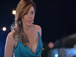 Tereza quer que René explique a situação (Foto: Fina Estampa/ TV Globo)