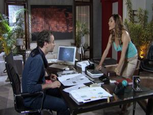 Tereza Cristina não consegue se conter de curiosidade (Foto: Fina Estampa/TV Globo)