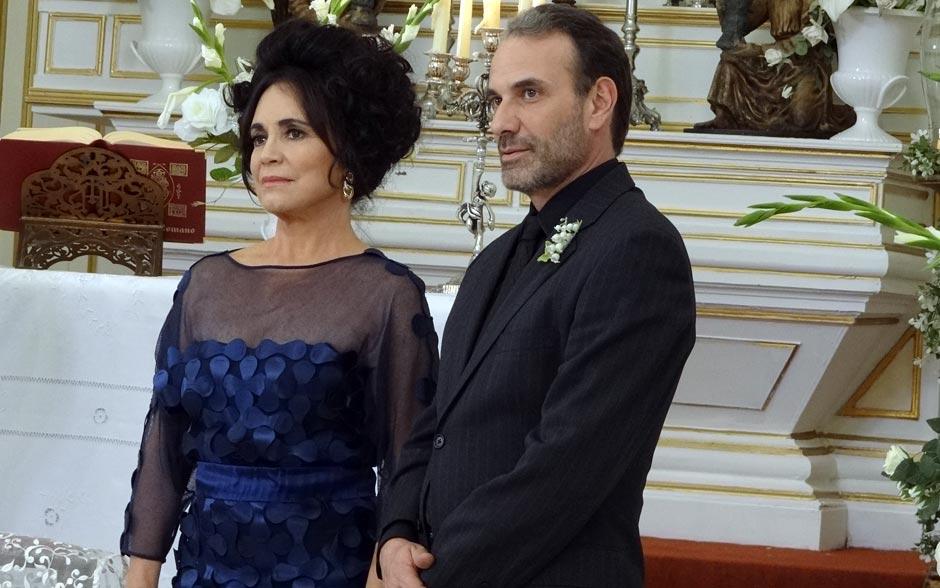 Ao lado de Samir, Clô não disfarça seu descontentamento com o matrimônio