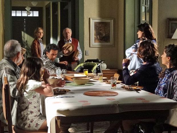 Júlia não gosta de ver Celeste na casa de Abner (Foto: Morde & Assopra/TV Globo)
