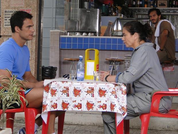 Juan Guilherme e Griselda sentam no Tupinambar para conversar sobre o roubo do carro (Foto: Fina Estampa/TV Globo)
