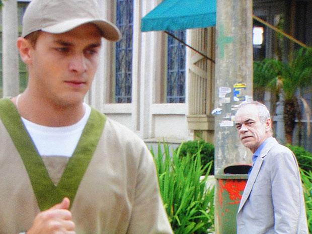 Guilherme pede para Diogo se retirar e não atrapalhar seu trabalho (Foto: Morde & Assopra/TV Globo)