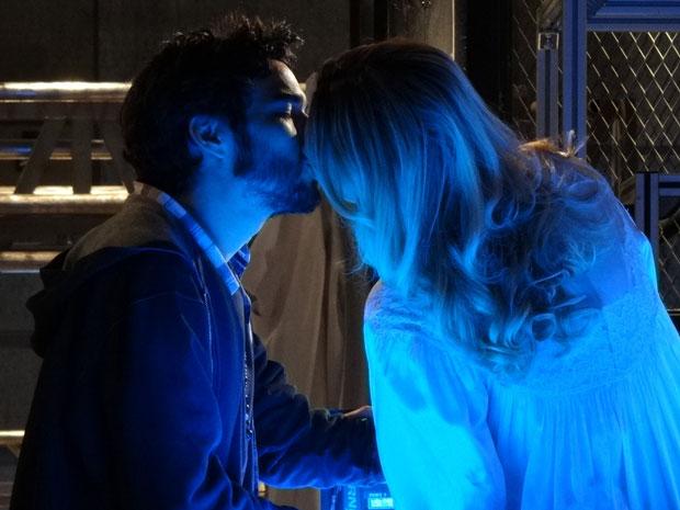Leandro e Naomi robô se beijam antes de irem para o tribunal (Foto: Morde & Assopra/TV Globo)