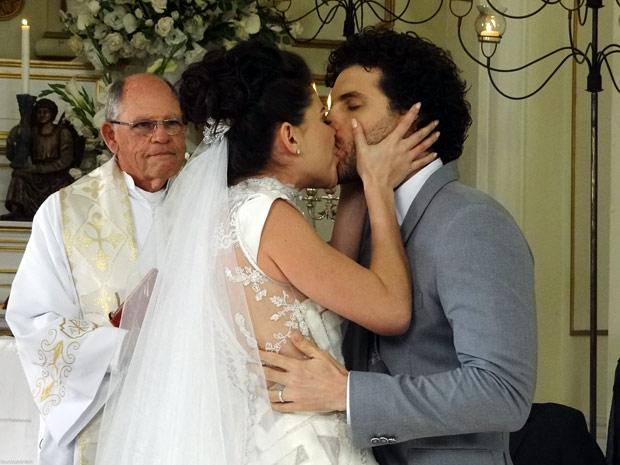 Lili-Márcio-beijo-casamento-O Astro (Foto: O Astro / TV Globo)