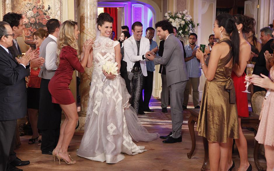Após a cerimônia, Lili e Márcio chegam à mansão para a festança