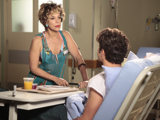Mirna discute com Antenor sobre seu pagamento (Foto: Fina Estampa/TV Globo)