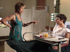 A atriz exige receber o dinheiro que falta e não quer saber das desculpas do 'falso filho' (Foto: Fina Estampa/TV Globo)