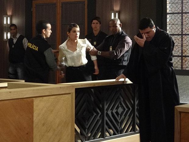 Naomi cospe na cara do promotor ao ser retirada do tribunal (Foto: Morde & Assopra/TV Globo)