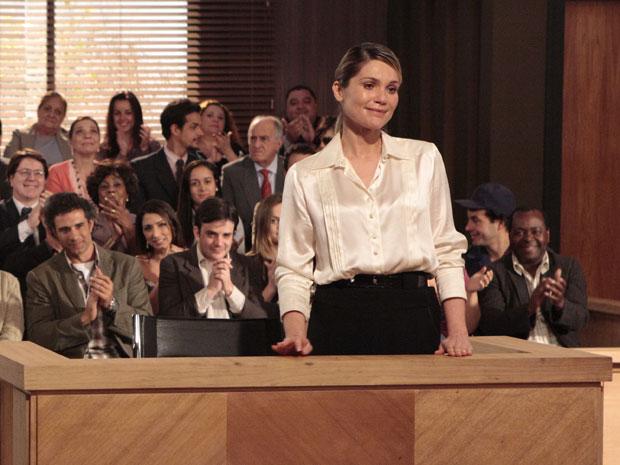 Naomi chora ao ser declarada inocente pelo júri (Foto: Morde & Assopra/TV Globo)