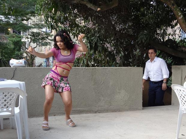 Baltazar fica furioso ao se deparar com a filha dançando funk em casa (Foto: Fina Estampa/TV Globo)