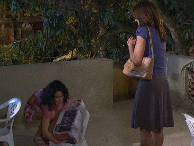 Solange recebe o aparelho de som de Celeste (Foto: Fina Estampa / TV Globo)