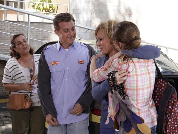 Luciano Huck mostra o uniforme e revela que Vilma irá participar do 'Lata Velha' (Foto: Fina Estampa/TV Globo)