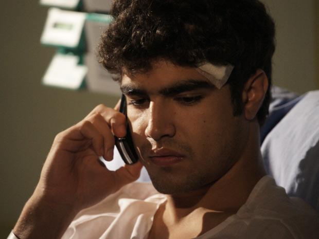 A primeira coisa que Antenor faz ao receber alta é ligar para a mãe (Foto: Fina Estampa/TV Globo)