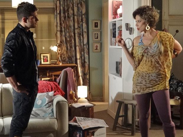 Rafael se insinua para Mirna Bello que aceita fazer o teste (Foto: Fina Estampa/ TV Globo)