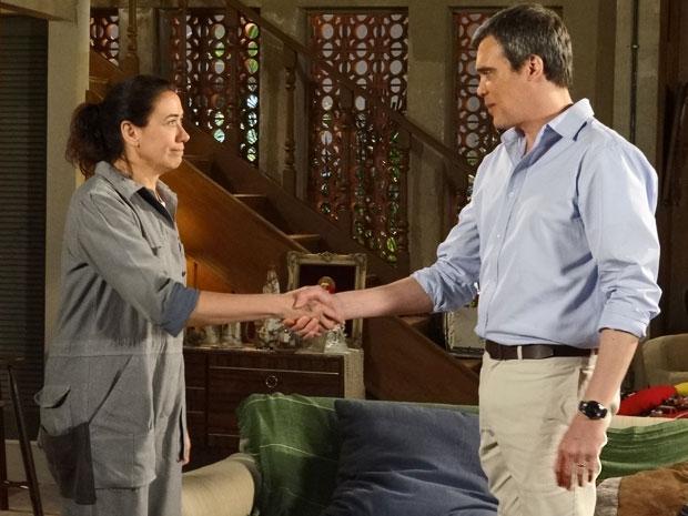 René faz proposta de trabalho para Griselda e ela aceita (Foto: Fina Estampa/ TV Globo)