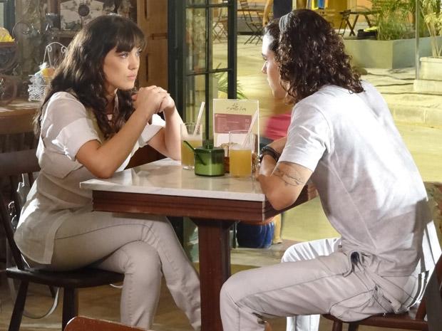 Daniel convida Patrícia para tomar um suco e conversar (Foto: Fina Estampa/ TV Globo)