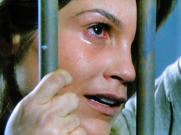 Naomi não consegue segurar as lágrimas (Foto: Morde & Assopra/TV Globo)