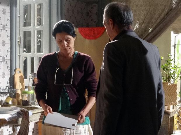 Diogo entrega a documentação da casa para Dulce (Foto: Morde & Assopra / TV Globo)