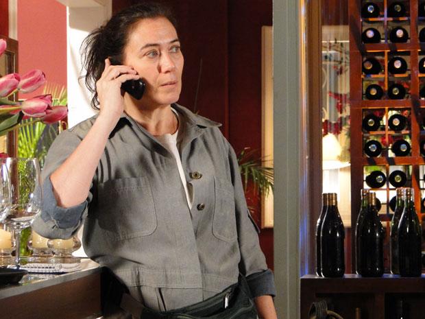 Griselda não fica nada animada com o telefonema do filho (Foto: Fina Estampa/TV Globo)