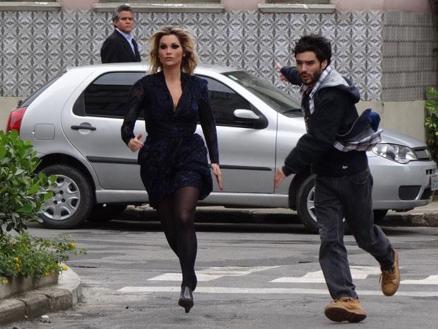 Naomi robô e Leandro fogem correndo do tribunal de Preciosa (Foto: Morde & Assopra/TV Globo)