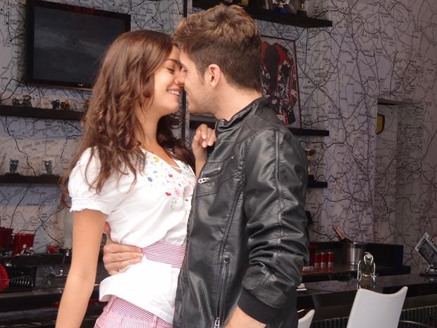 Rafael dá um beijo em Amália (Foto: Fina Estampa / TV Globo)