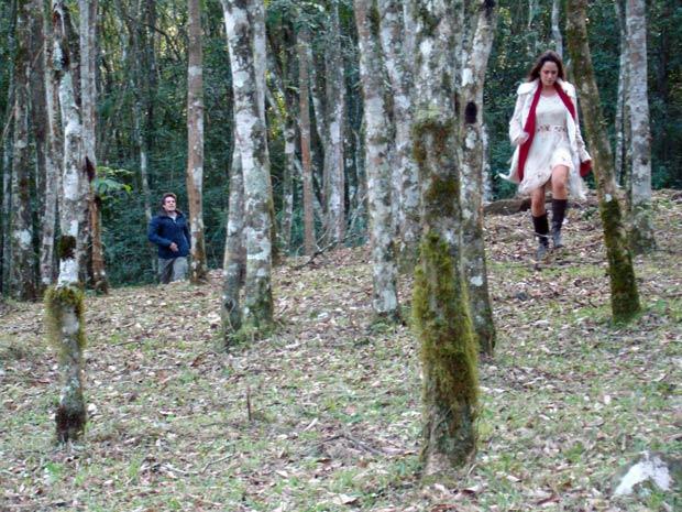 Ana não ouve os pedidos de Rodrigo (Foto: A Vida da Gente / TV Globo)