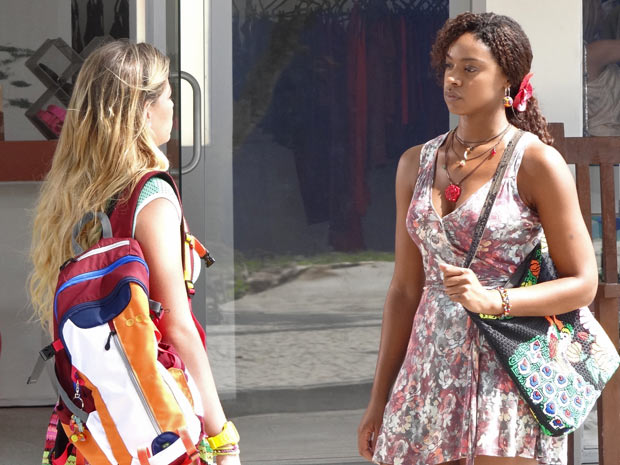 Nanda resolve dar a notícia pessoalmente e vai ao Tupinambar (Foto: Fina Estampa/TV Globo)
