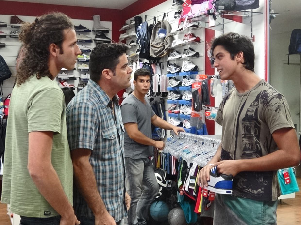 Leandro volta na loja que comprou seu tênis exigir um novo (Foto: Fina Estampa/ TV Globo)