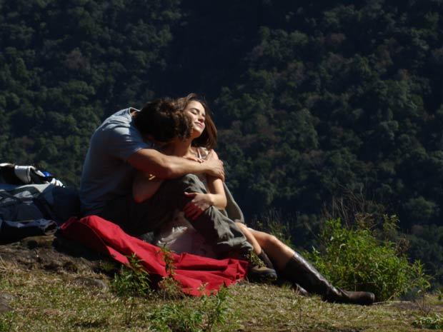 Os dois se entregam à paixão (Foto: A Vida da Gente / TV Globo)