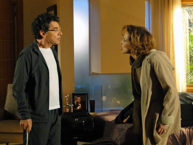 Descontrolada, Eva briga com Jonas depois de pegá-lo no flagra (Foto: A Vida da Gente / TV Globo)
