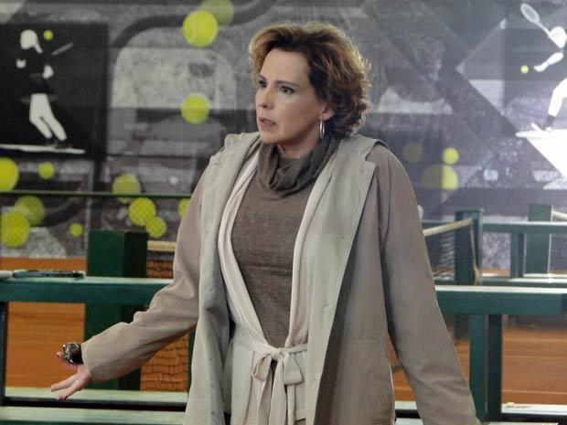 Eva, chocada, ao descobrir que Ana faltou ao treino (Foto: A Vida da Gente / TV Globo)