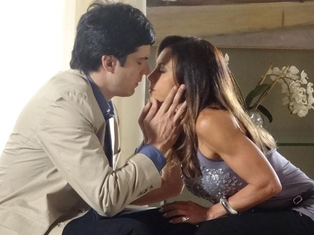 Ícaro e Amanda ficam muito perto de trocarem um beijo (Foto: Morde & Assopra/TV Globo)