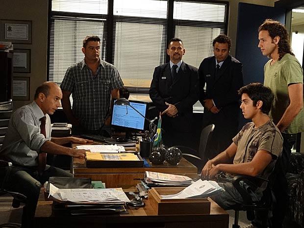 O filho de Dagmar vai parar na delegacia (Foto: Fina Estampa/ TV Globo)