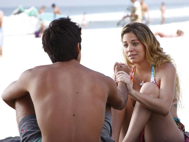 Nanda se aproxima de Leandro para consolar o amigo (Foto: Fina Estampa/TV Globo)