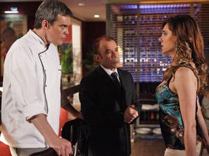 Ela fica aos berros na frente dos clientes (Foto: Fina Estampa/ TV Globo)