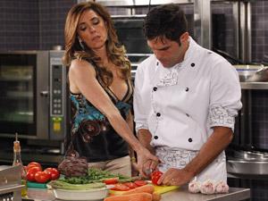 Tereza Cristina arranca faca da mão de Rui (Foto: Fina Estampa/ TV Globo)