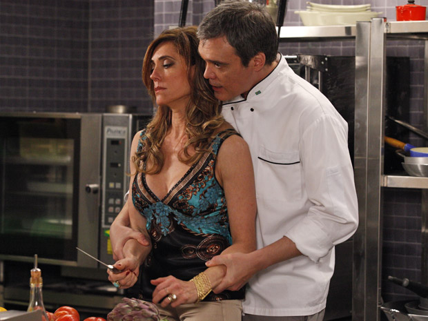 René tenta acalmar Tereza Cristina que se descontrola no Le Velmont (Foto: Fina Estampa/ TV Globo)