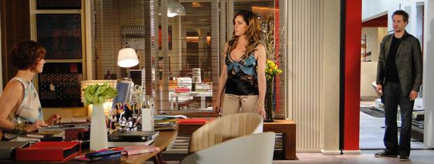 Empresário escuta conversa de Tereza com a mulher (Foto: Fina Estampa/TV Globo)