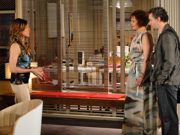 Paulo interrompe conversa de Tereza Cristina e Esther (Foto: Fina Estampa/TV Globo)