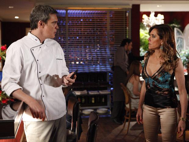 Tereza Cristina fica furiosa ao flagrar René falando com Griselda (Foto: Fina Estampa/TV Globo)