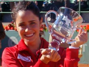 Ana empunha o troféu (Foto: A Vida da Gente / TV Globo)