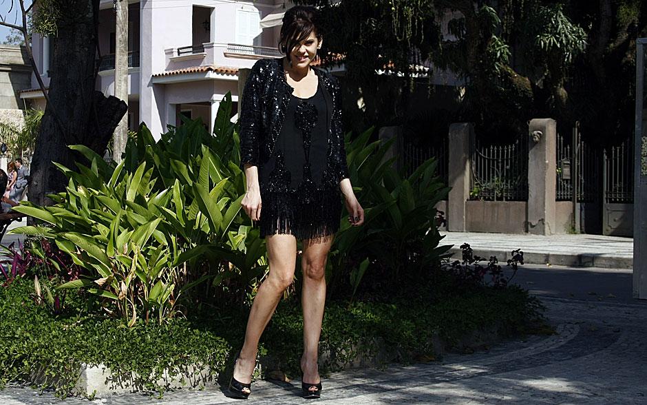 Virgínia está um glamour só com o vestido preto de franjas