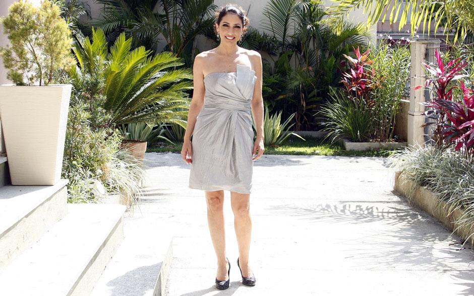Carolina opta por um vestido prata tomara-que-caia com detalhes no decote