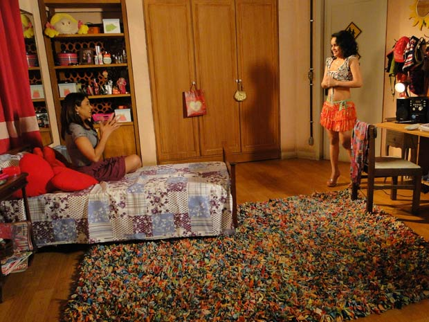 Celeste assiste ao ensaio de Solange (Foto: Fina Estampa/TV Globo)