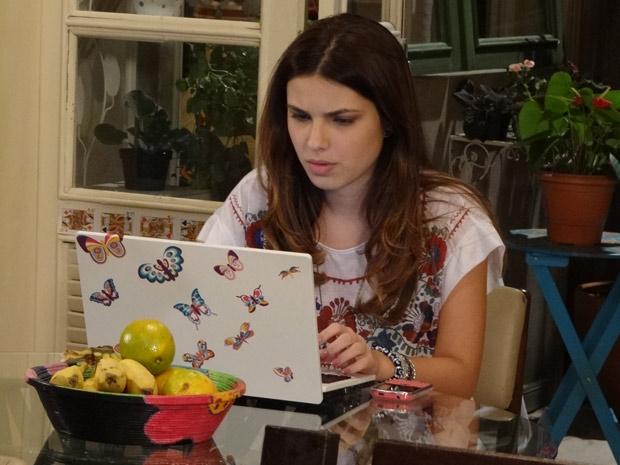 Cristal pesquisa na internet sobre a doença de Gabriel (Foto: Malhação / TV Globo)
