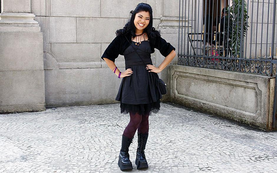 Hoshi aposta no coturno com meia-calça fashion para combinar com o vestido preto