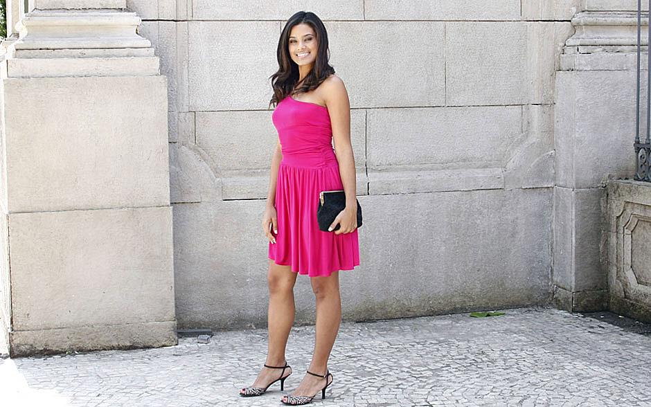 Lídia prefere um vestido simples, que chama atenção pela cor pink