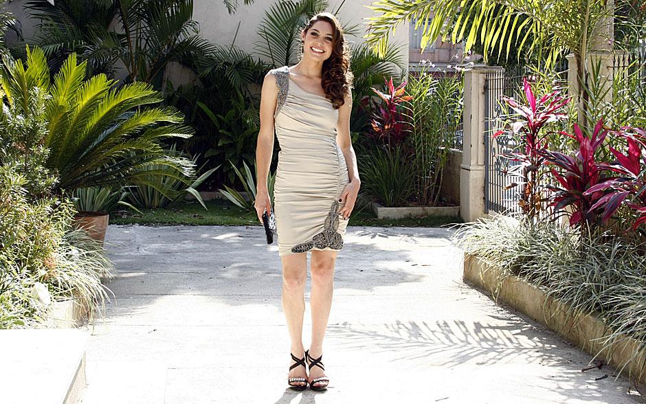 Lara aposta no vestido nude com detalhes brilhosos para arrasar no casório