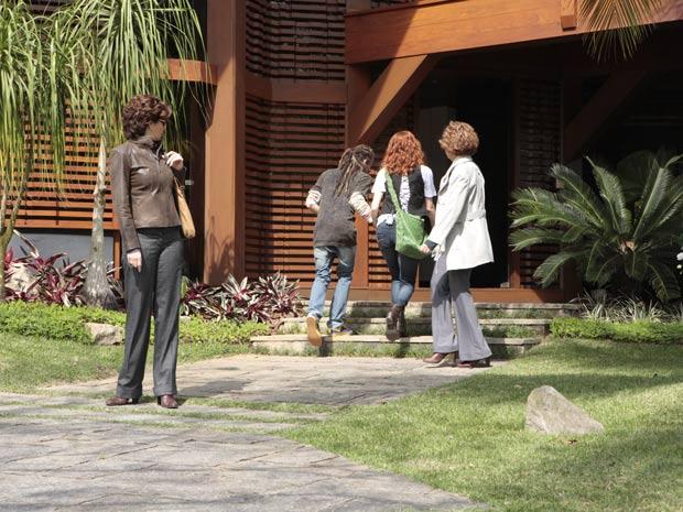 Eva tenta amenizar a situação com Vitória (Foto: A Vida da Gente / TV Globo)